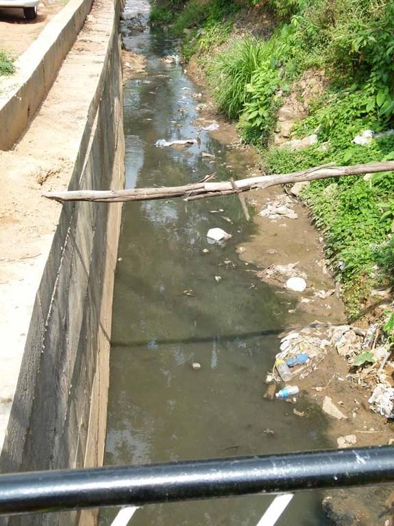 Abwasserkanäle direkt vor den Häusern
