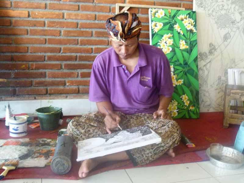 Unbequem, aber normale Arbeitshaltung in Bali