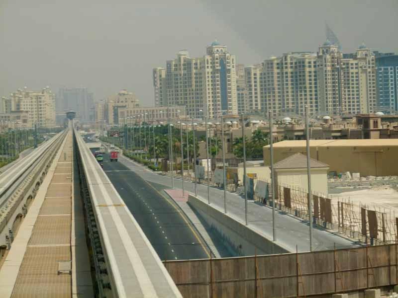 Straße und Monorail-Schiene auf der Palme