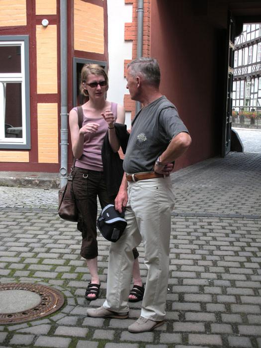 Frau Doktor erklärt ihrem Vater, woran man die Baustile erkennt
