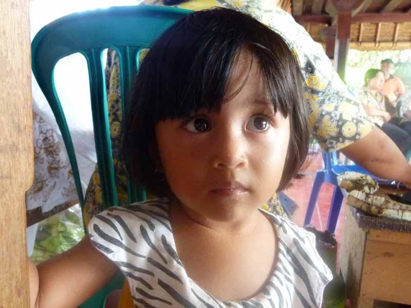 Die kleine Bali-Krabbe durfte mit Mutter zur Arbeit