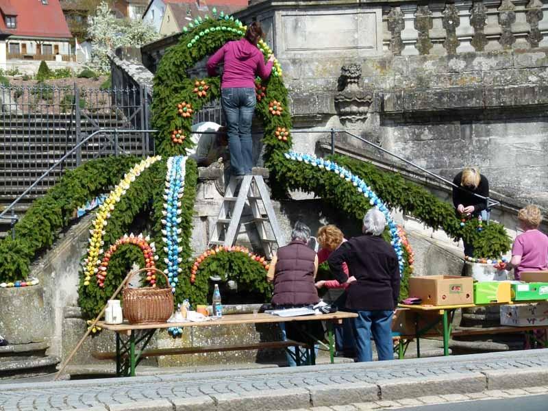 Der Osterbrunnen wird geschmückt