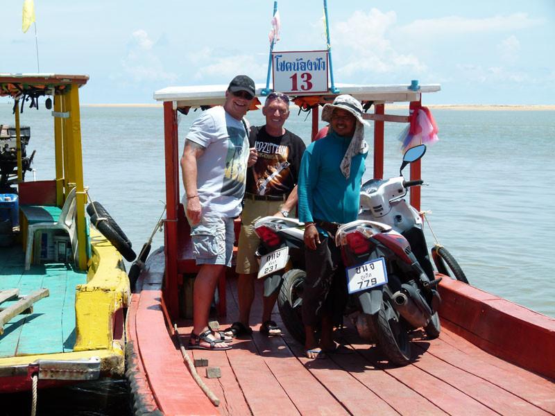 Unsere Roller werden auf das Boot gefahren