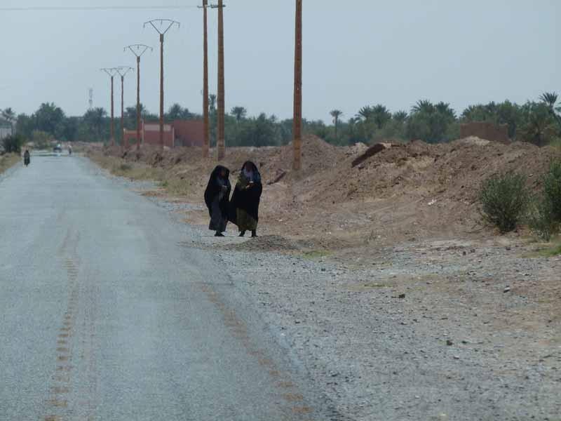 8.4. - Im Gebiet um Rissani sind die Frauen meist schwarz gekleidet