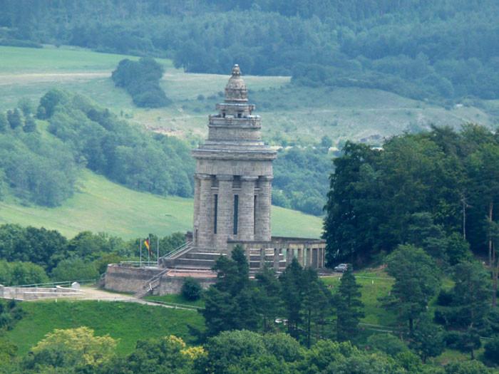 Das Burschenschaft-Denkmal gegenüber der Wartburg