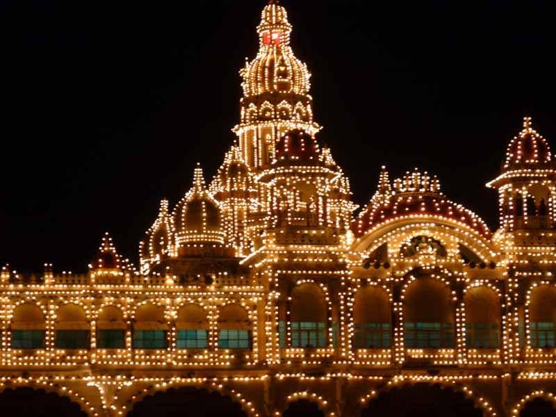 erleuchten über 5.000 Glühbirnen den Palast