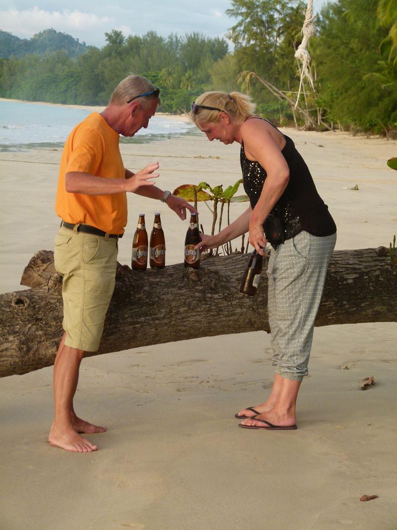 Sabine und Wolfgang drapieren das Strandgut