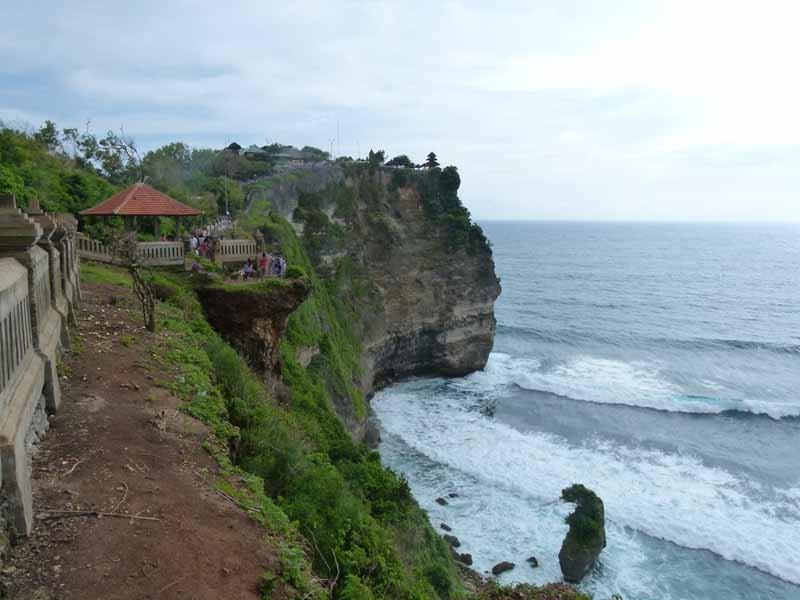 Uluwatu Tempel auf einer Klippe hoch über dem Meer