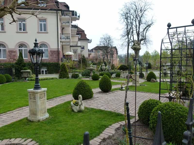 Wunderschöne Gärten entlang des Kurparks