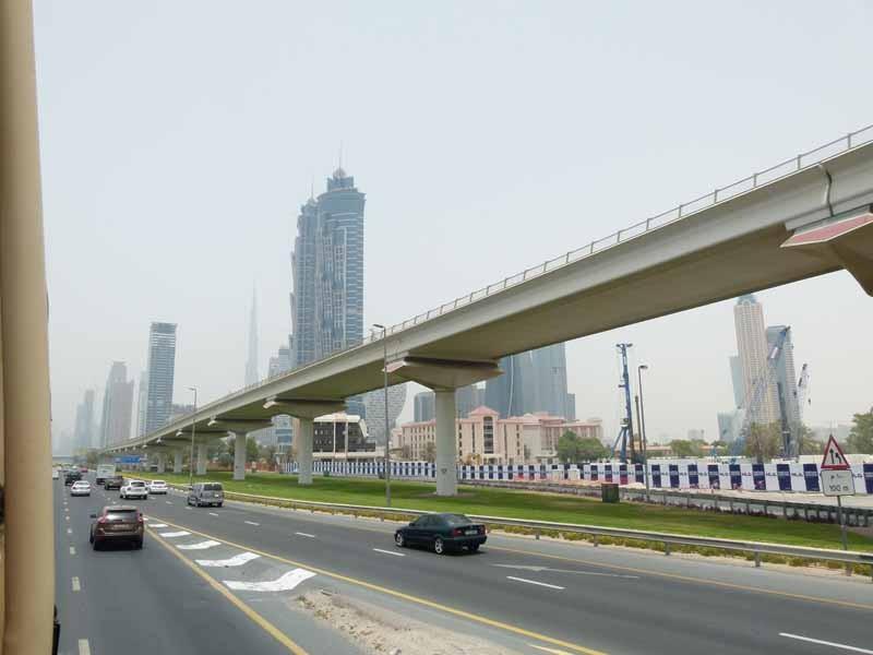 Quer durch Dubai - die oberirdische Metro - störend für jedes Bild