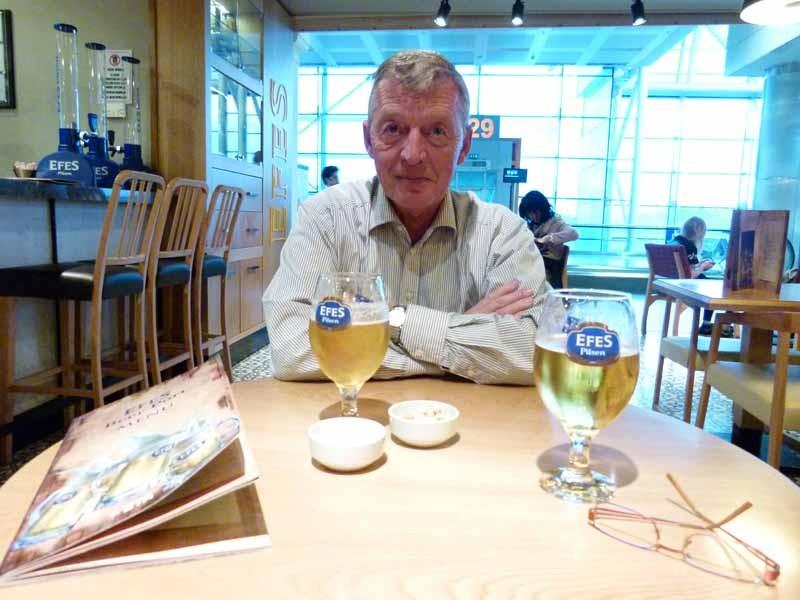 Am Abend gönnen wir uns ein Bier auf dem Flughafen in Izmir