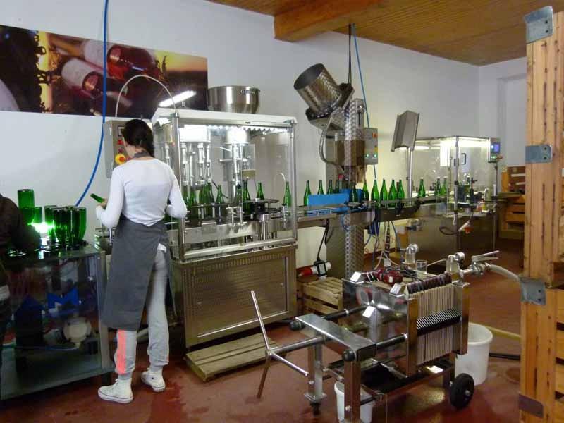 Die Flaschen werden steril gemacht, ...