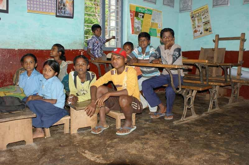Es sind zwar Ferien, ein paar Kinder sind trotzdem da und freuen sich über die mitgebrachten Stifte