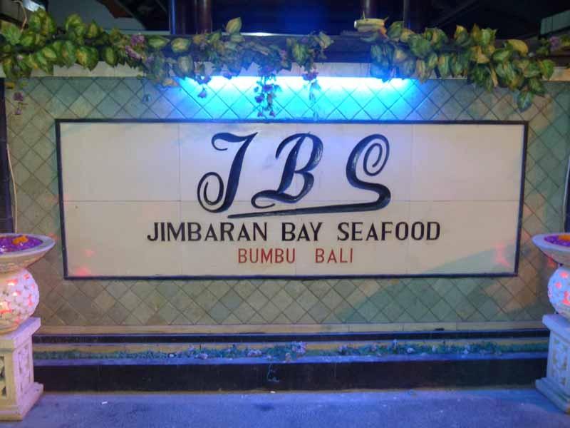 Am Abend gibt es ein Dinner am Strand von Jimbaran