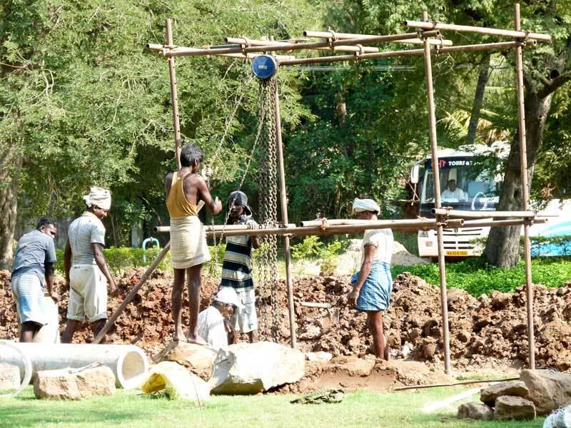 Vor dem Tempel wird gearbeitet - alles mühsam per Hand
