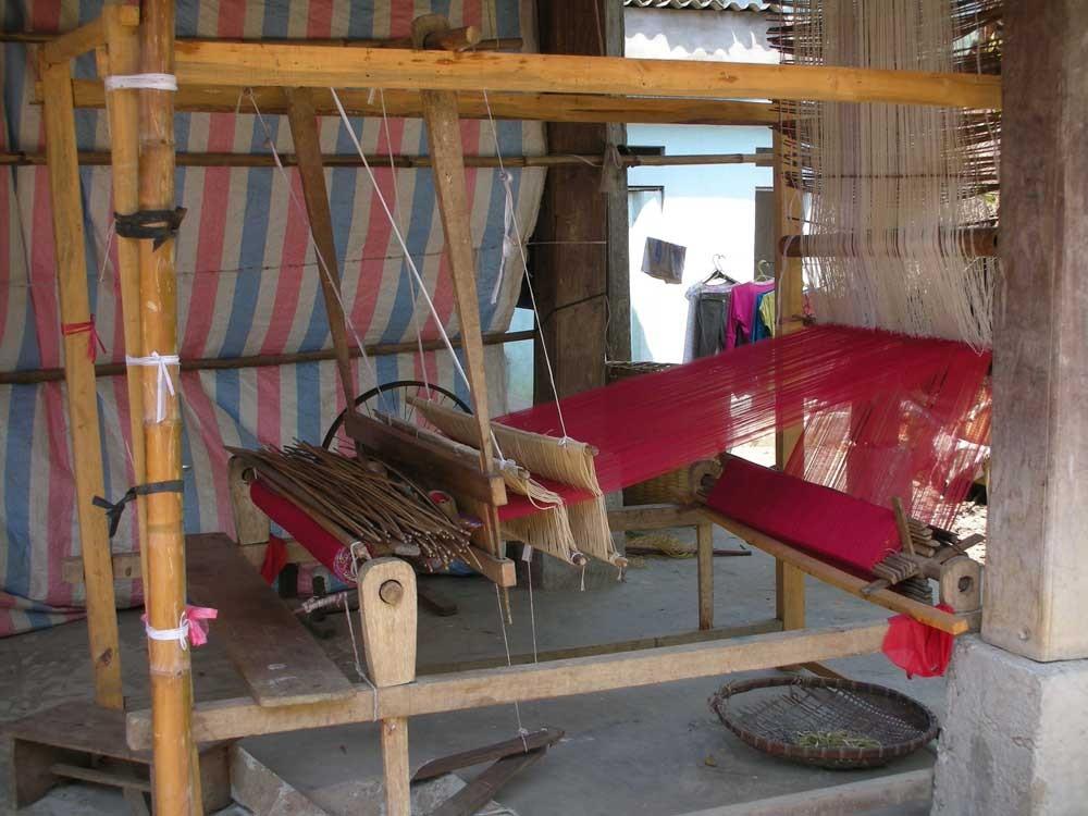 Hunderte gewebte Schals werden verkauft