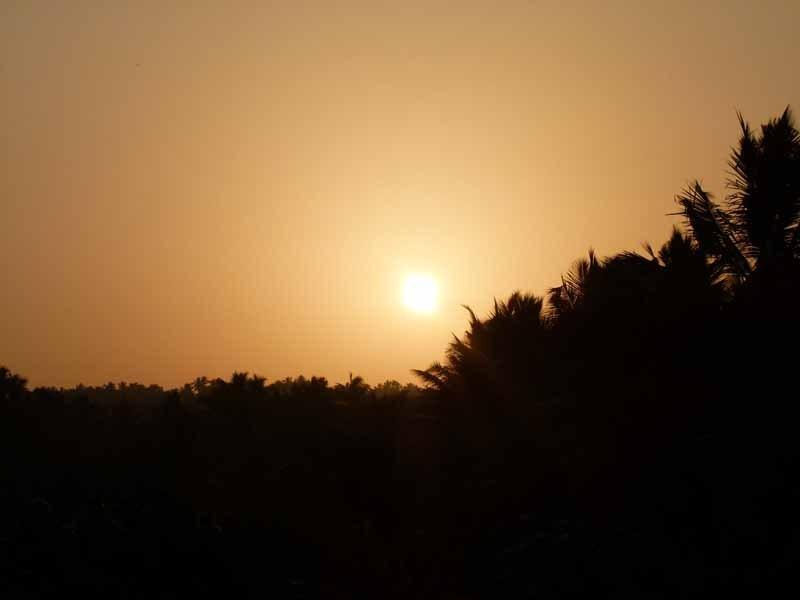 Sonnenaufgang hinter den Hügeln