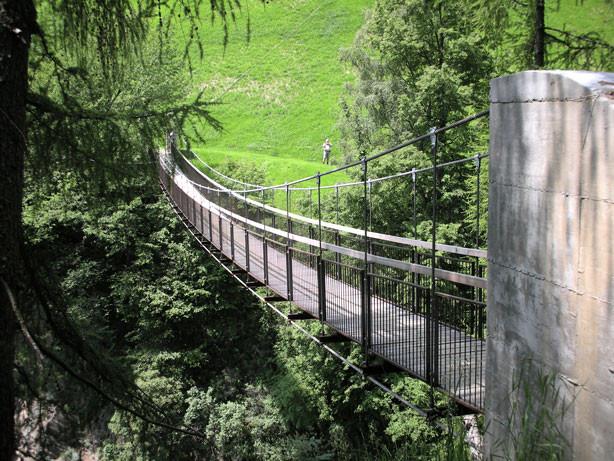 wir müssen über eine Hängebrücke