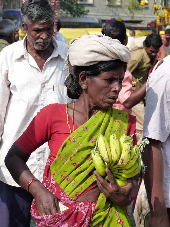 Sie verkauft geschmückte Bananen