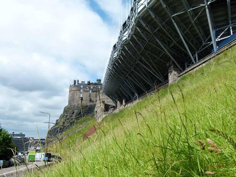 Vor dem Castle die hässlichen Tribünen für das Festival