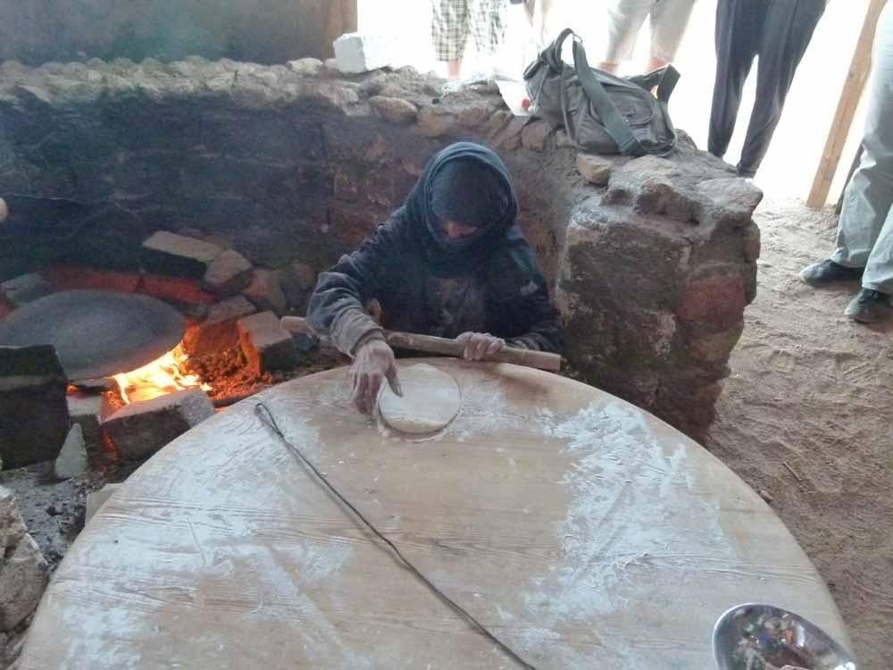 Die Beduinenfrau backt leckeres Brot