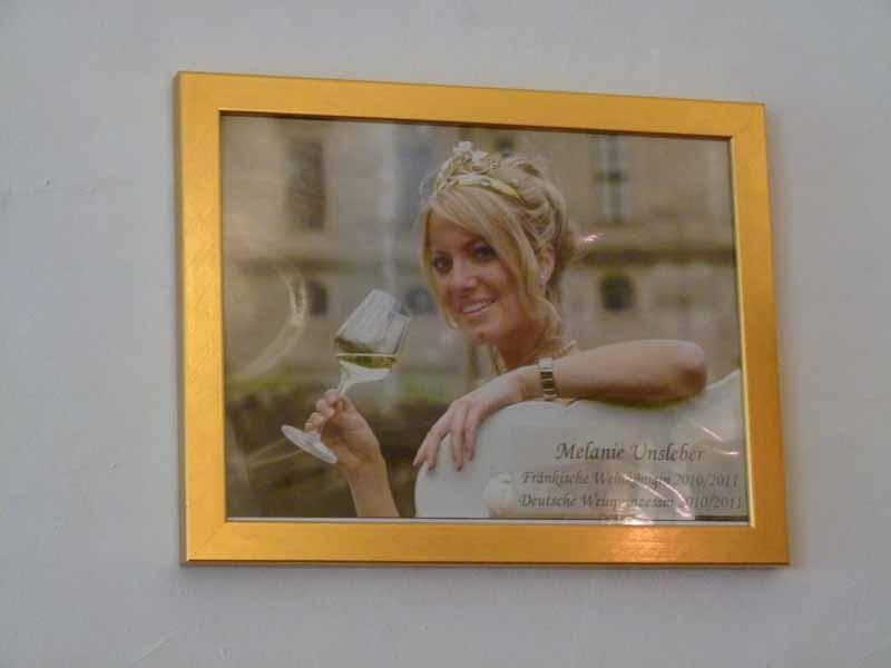 """Eine der Weinköniginnen, zu deren Ehren von ihrem Vater der Wein """"Hommage"""" kreiert wurde."""