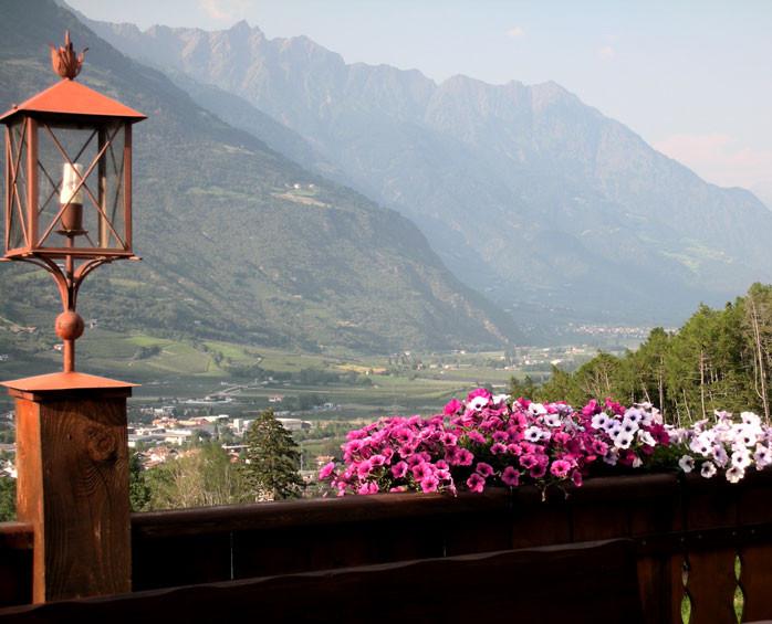 Blick von der Terrasse auf Berge und ins Tal