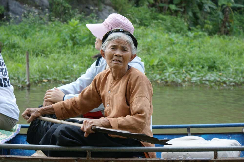Omi beim Bootsausflug