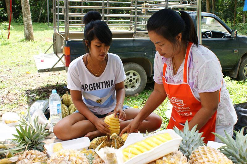 Sie schält eine Ananas