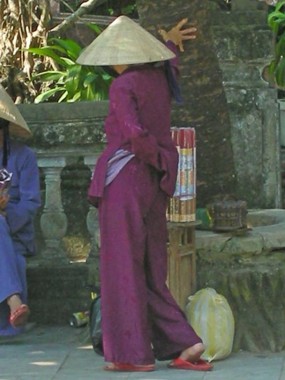 Verkäuferin vor einem Tempel