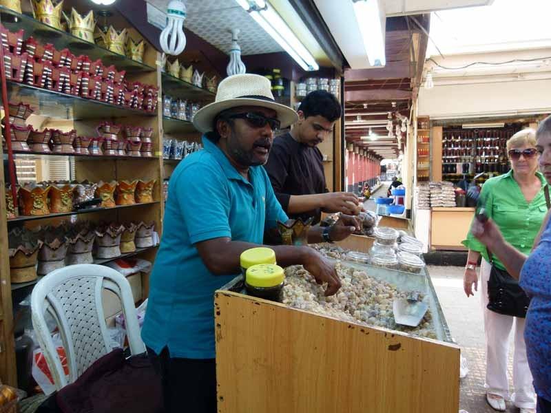 Der Tourguide erklärt uns Räuchern mit Duftstoffen und Weihrauch