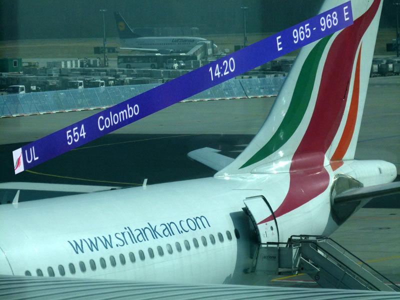 Hübsche Uniformen für die Flugbegleiterinnen, aber mässiger Service