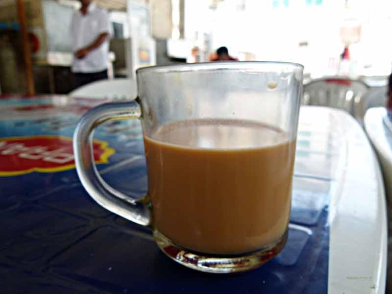 Tee mit Milch, Zimt und Kardamom