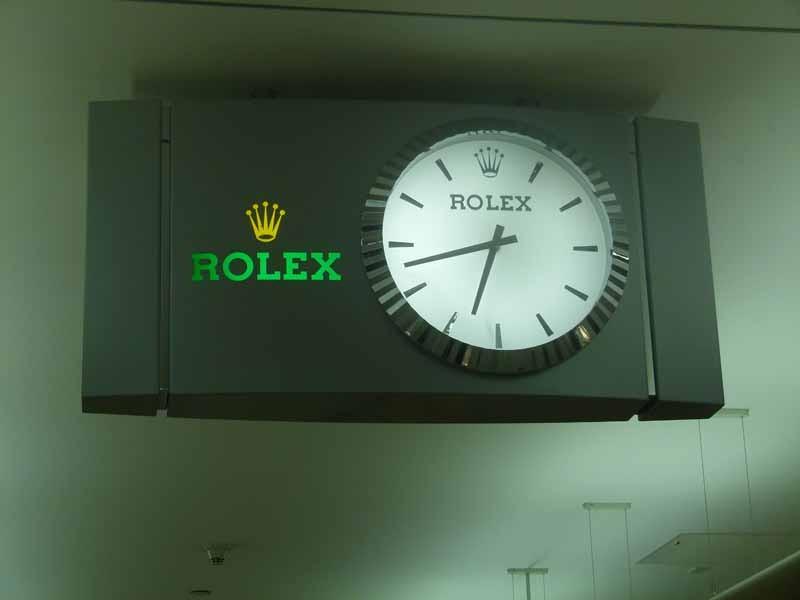 Selbst die Flughafenuhren sind Markenware