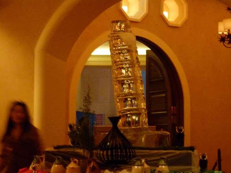 Am Eingang des Restaurants wird jeden Abend eine Eis-Skulptur aufgellt