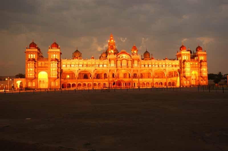 der Palast leuchtet im Abendlicht