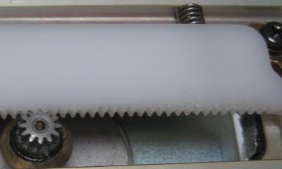 ステッピングモーターに付けられたギアと樹脂製のラック