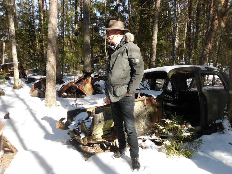 Autofriedhof im Wald.