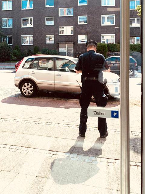 Thomas Kothe im Einsatz. Statt eines Strafzettel gibt's für den Falschparker eine freundliche Ermahnung (Foto: Jens Schmidt, 08-2019)