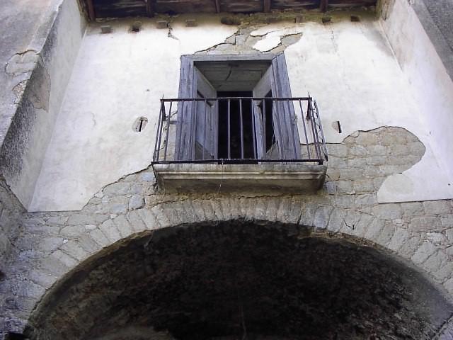 Masseria di S.Giovanni , Torrecuso , seconda metà XVIII secolo. Si intravedono ai lati del balcone le feritoie per difendersi da briganti e banditi