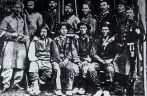 Briganti della banda Ciccone esposti come trofei dai soldati piemontesi: i quattro in mezzo sembrano vivi, in realtà sono morti e vengono sorretti dai soldati