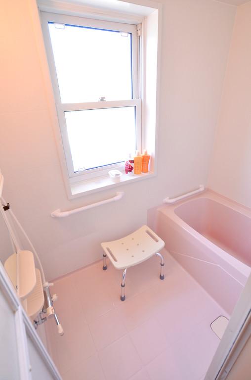 家庭の延長線上がテーマなのでご家庭の浴室に似た造りになっています。