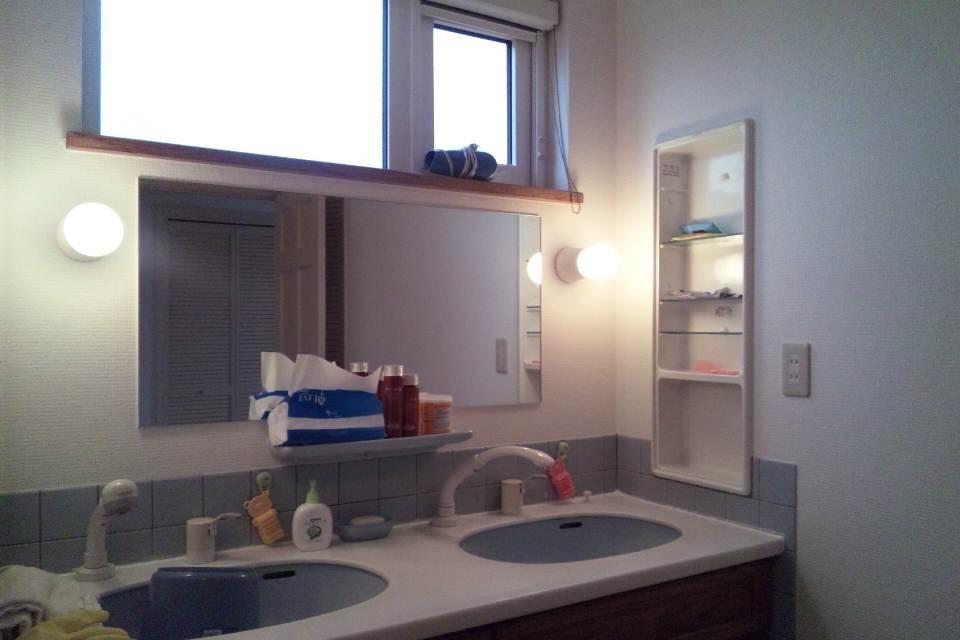洗面台も2人並んでも広いスペースがあるのでこちらに椅子を置いてゆっくりと整容ができます。
