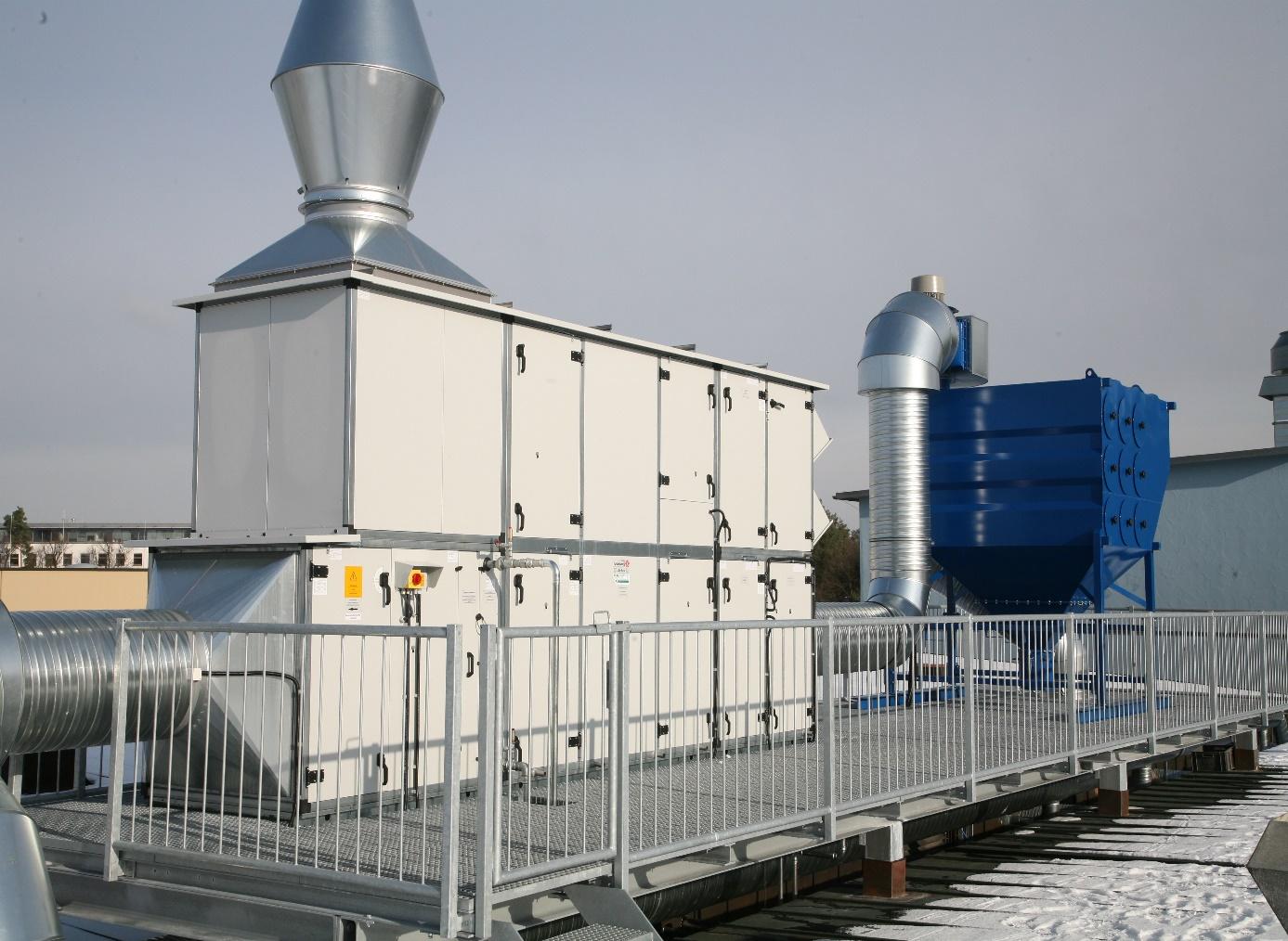 Druckluftabgereinigte Patronenfilteranlage mit Zu- und Abluftanlage sowie Kreuzwärmetauscher (Dachaufstellung)