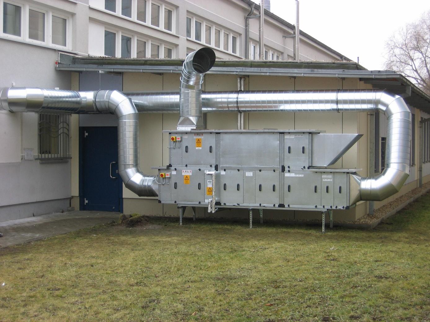 Zu- und Abluftanlage mit Kreuzwrämetauscher und Warmwasser-Nachheizregister (Außenaufstellung)