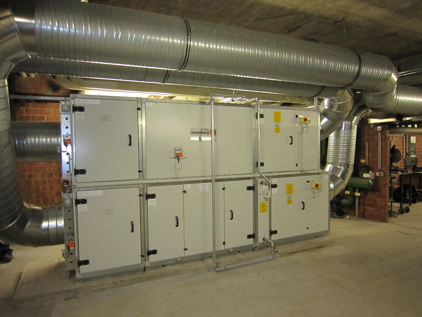 Zu- und Abluftanlage mit Kreuzwrämetauscher und Warmwasser-Nachheizregister (Innenaufstellung)