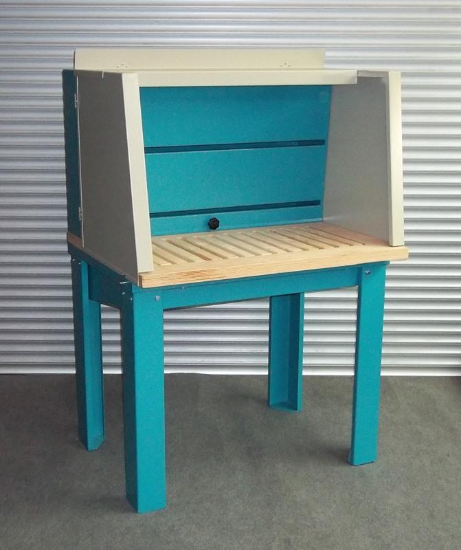 Schleifarbeitstisch mit Arbeitsrost aus nicht funkenreißendem Material (Holz)