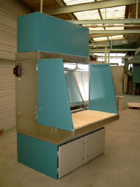 Wasserbedüster Schleifarbeitstisch für Alu-Stäube gemäß ATEX und BGR 109 mit aufgebauter Nachfilterstufe und klappbaren Seitenwänden