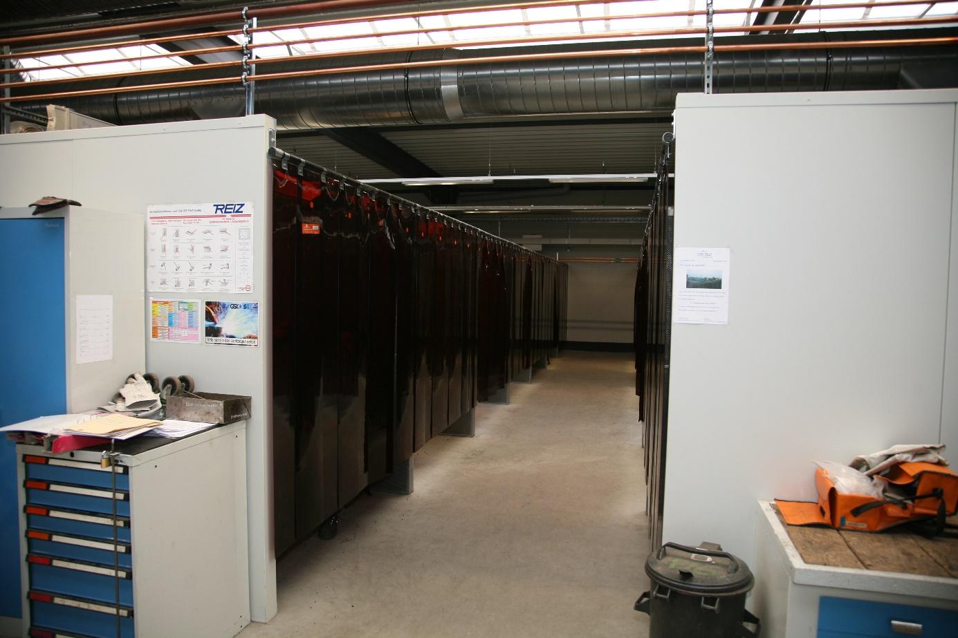 Schallgedämmte Schweißerkabine (Wandstärke 100mm, oben offen, vorne mit verschiebbaren DIN(+)-Lamellen)
