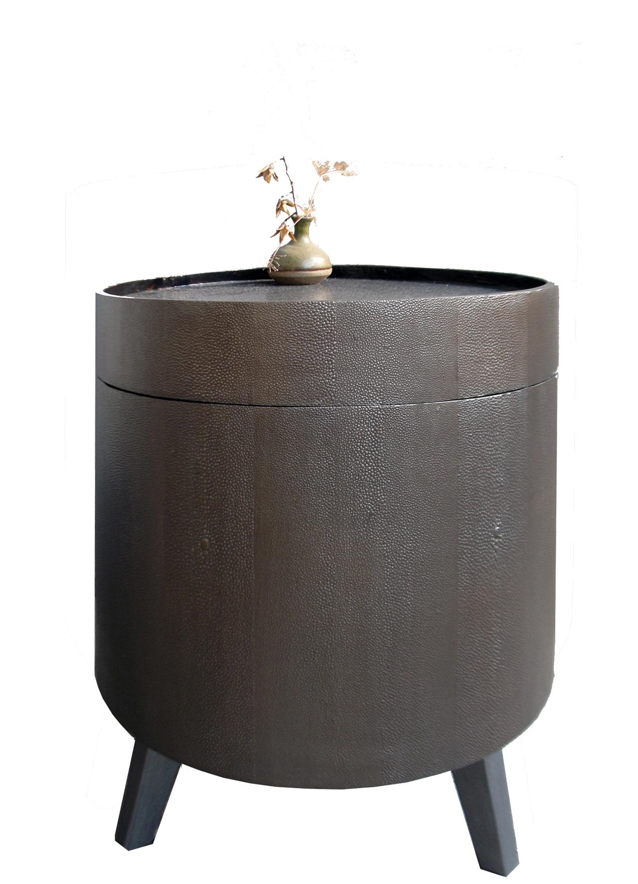 Table basse gainée d'empreintes de peaux de galuchat, plateau laqué avec incrustation de coquilles d'œufs teintées à l'encre de chine - Boîte à chapeau de Chine - 38 x 41 cm
